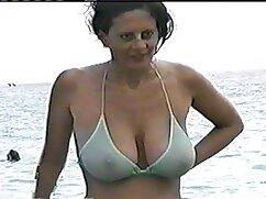 Mujer de pelo castaño videos porno infieles mexicanas en una falda y botas con tacones de aguja muy altos camina en el parque