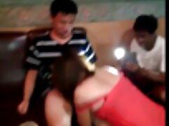 Una delgadita en medias milf mexicana xxx es follada en un agujero anal con un limpiafondos en el balcón