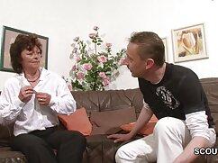 Una mujer delgada de Kharkiv es follada en una raja afeitada que se sienta en el coño de un prostituta mexicana xxx chico
