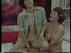 El pervertido se sexo en peliculas mexicanas sienta en el ano sobre varios objetos enormes.