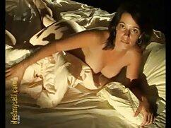 Un hombre tocando un grifo mientras xxx videos porno mexicano toca a una anciana en un baño