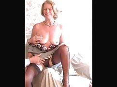 Assy Chick se sienta encima de Dick en jeans rotos pornno mexicano