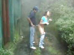 Una mujer madura pasea desnuda por la casa mientras su petardas mexicanas marido se la quita