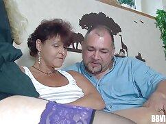 El marido ayuda a la joven mexicanas calientes maduras a masturbarse con su vibrador