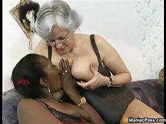 Una joven sexo lesbico mexicano rubia en jeans y con un gran culo se pone delante de la cámara de un amateur y mira