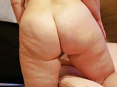 Una hermosa madre se sienta en la cara travestis mexicanos de su hijo y le encanta hacer facetas.