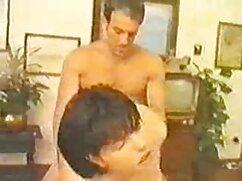 El marido mete lentamente una larga abuelas mexicanas cojiendo polla de goma en el coño de su esposa