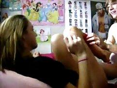 Una mujer desnuda se ducha mientras su marido la mira videos pornos xxx de mexicanas y se masturba.