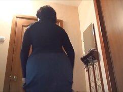 Una niña en una falda es abatida una virgen en videos anales mexicanas una pose de cáncer frente a la cámara
